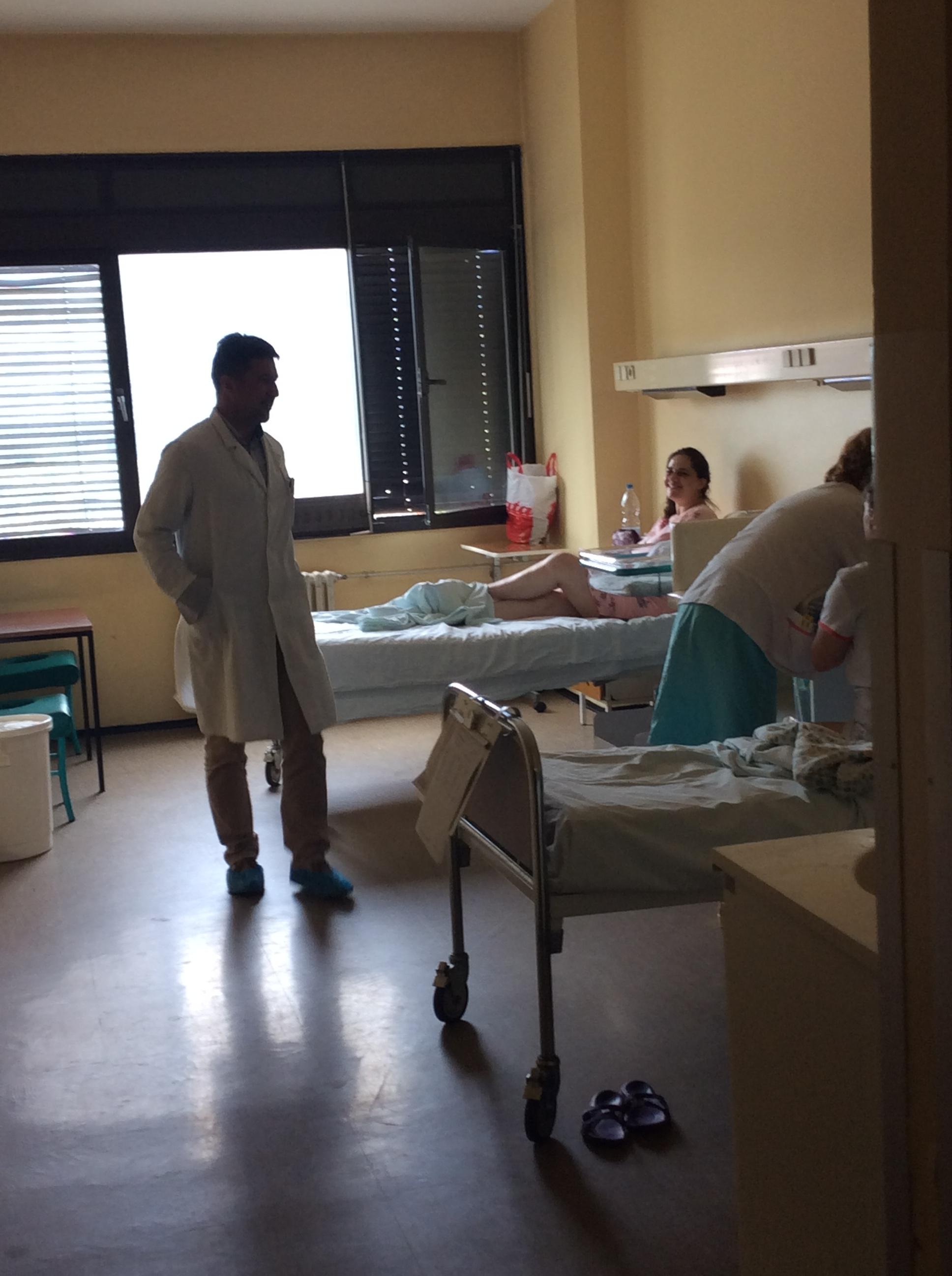 Vladislav Tripković, vd načelnika ginekologije OB Užice u obilasku porodilja Foto--URP
