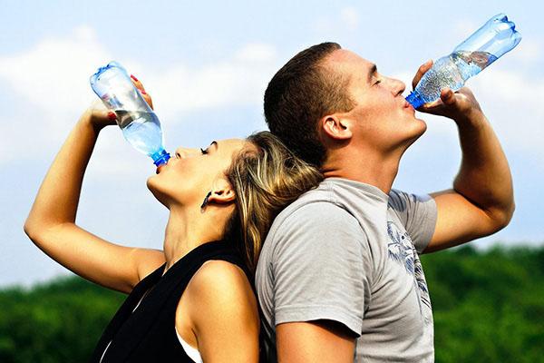 Za zdravlje je potrebno 2-3 litra tečnosti dnevno. Jedna američka studija potvrđuje da ko jede namirnice koje sadrže visok procenat vode, brže mršavi. Pacijentkinje u proseku gube oko četiri kilograma tokom nedelje, a odlično je i to što sa stomaka nestaju jastučići.