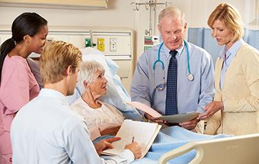 Suština palijativnog zbrinjavanje je uspostavljenje dobre komunikacije između pacijenta, njegove porodice i mdeicinskog osoblja. Foto-- cancertreatment.mk