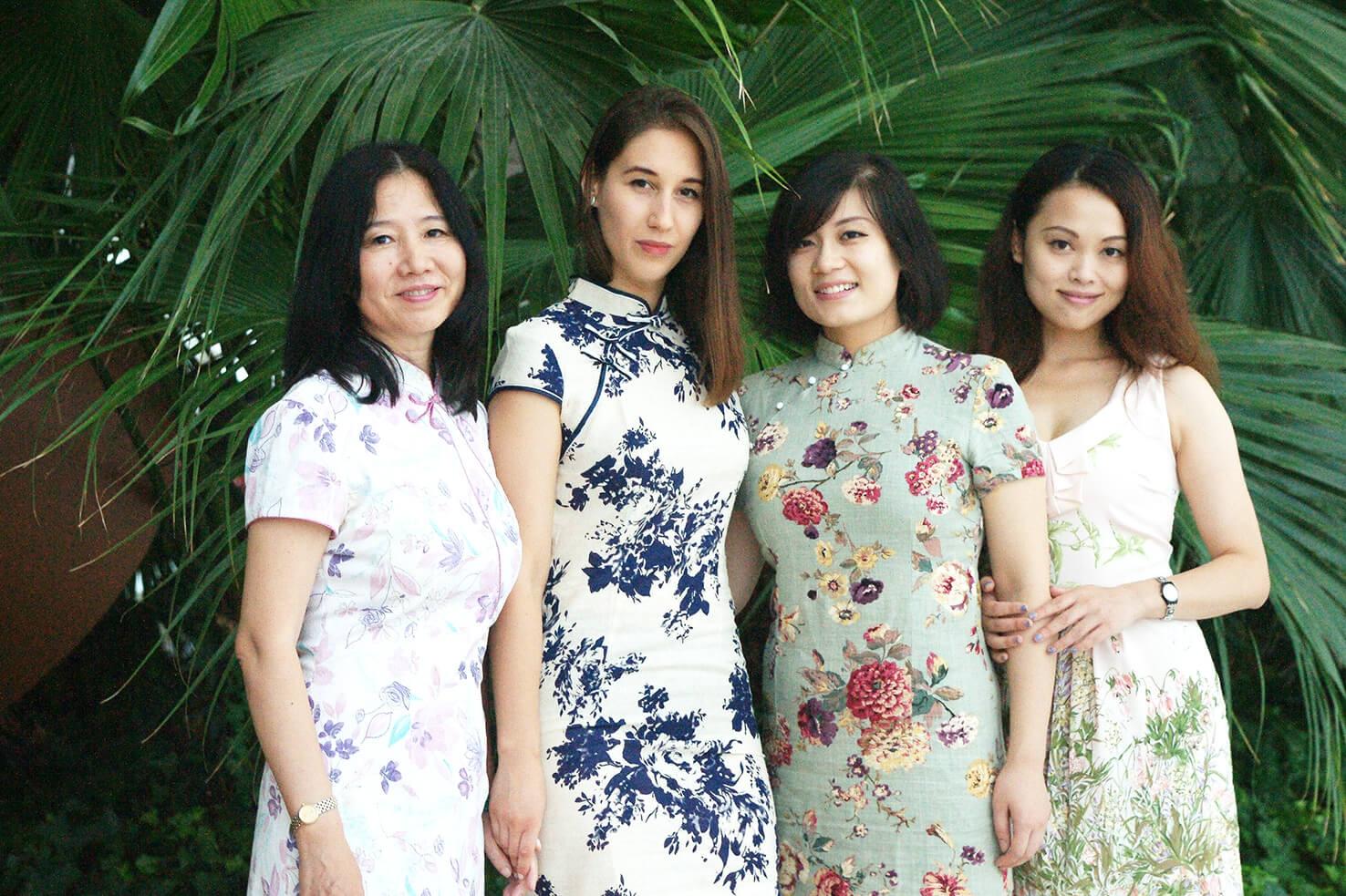 Sa mentorkom Zhou Jingmin I asistentima na katedri Stanovanje. Povodom velikog praznika, slikali smo se u tradicionalnim kineskim haljinama qipao. (Maj, 2015) Foto--privatni album J.Milić