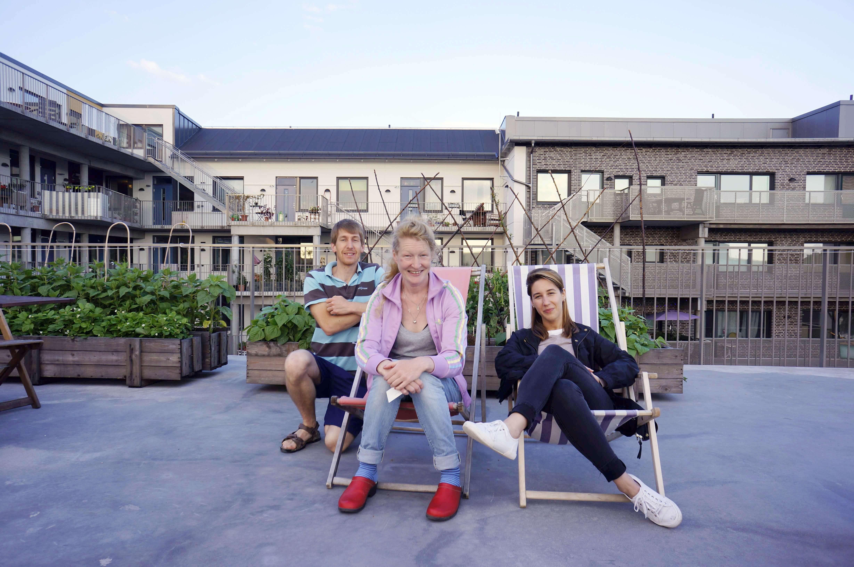 U poseti novo-izgrađenom kolektivnom stambenom projektu Sofielunds u Malmu, Švedska (Jun, 2016). Iako ne isključivo za mlade ljude, oko dve trećine stanara su mladi do 35 godine starosti. Na slici: stanari Jenny I Sam, slikano na zajedničkom krovu/bašti zgrade. Foto--privatni album J.Milić