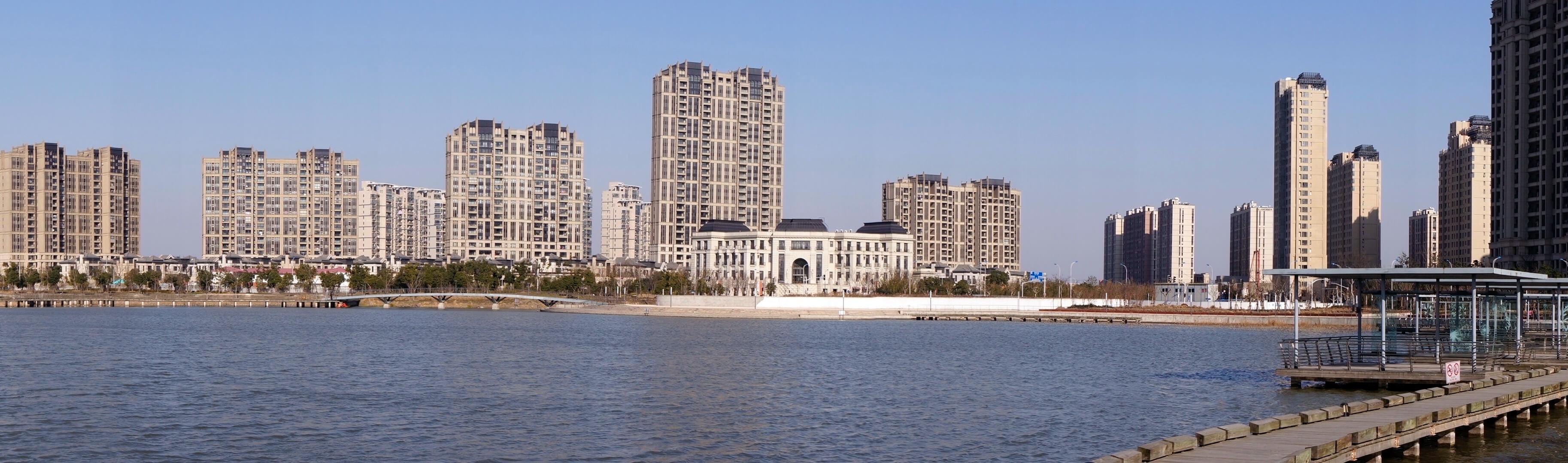 Mali deo novog stambenog naselja 'Central Park' u severnom delu Šangaja. Stanovi su različite kvadrature I iako nisu useljeni, skoro svi su već prodati. (Septembar, 2014) Foto--privatni album J.Milić