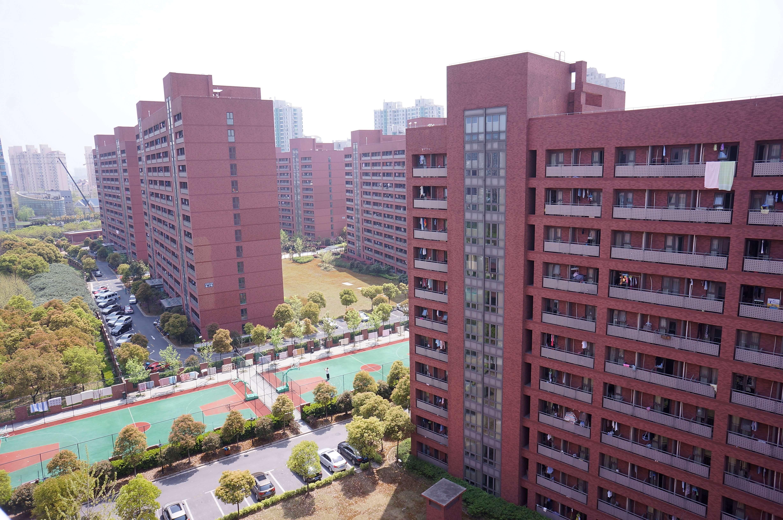 Stambeno naselje 'Lujiazui Talent Apartments' u Šangaju. Stanovi su dostupni mladima do 35 godina koji rade u firmama u finansijskom sektoru i mesečna renta je vrlo povoljna. Ovde živi oko 5000 mladih diplomiranih ekonomista. (Maj, 2016) Foto--privatni ačbum J.Milić