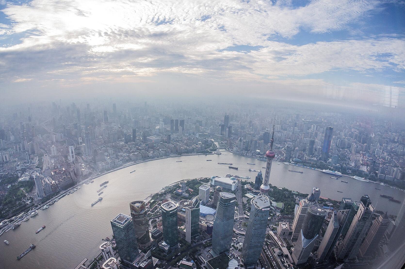 Pogled sa druge po redu najviše zgrade na svetu koja je nedavno otvorena za javnost ' Shanghai Tower'. Ovo je fotografija sa 120og sprata sa visine od 570m. (Septembar, 2016) Foto--privatni album J.Milić