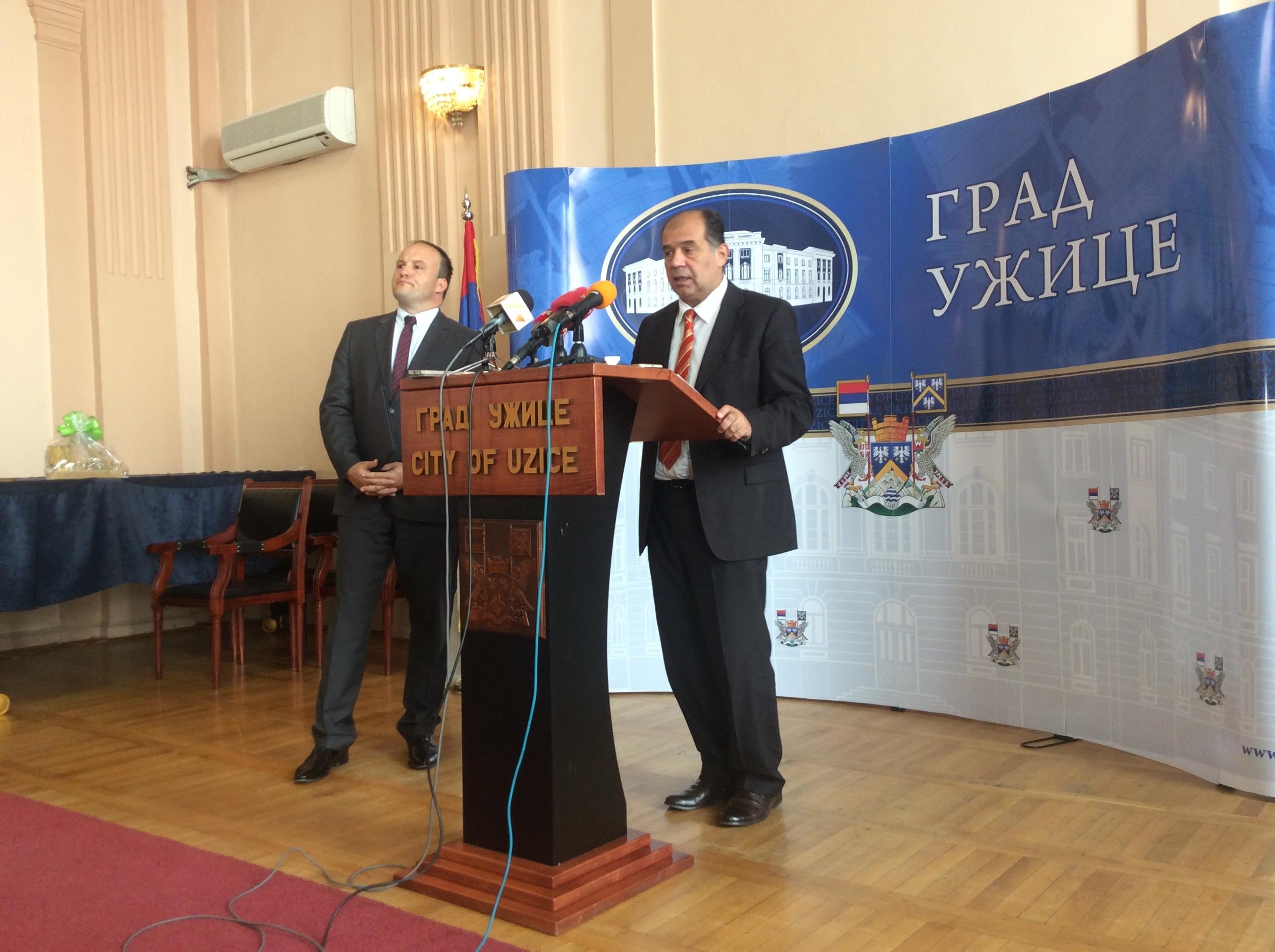 Tihomir Petković, gradonačelnik (za govornicom) i Nemanja Nešić, pomoćnik gradonačelnika Foto--URP