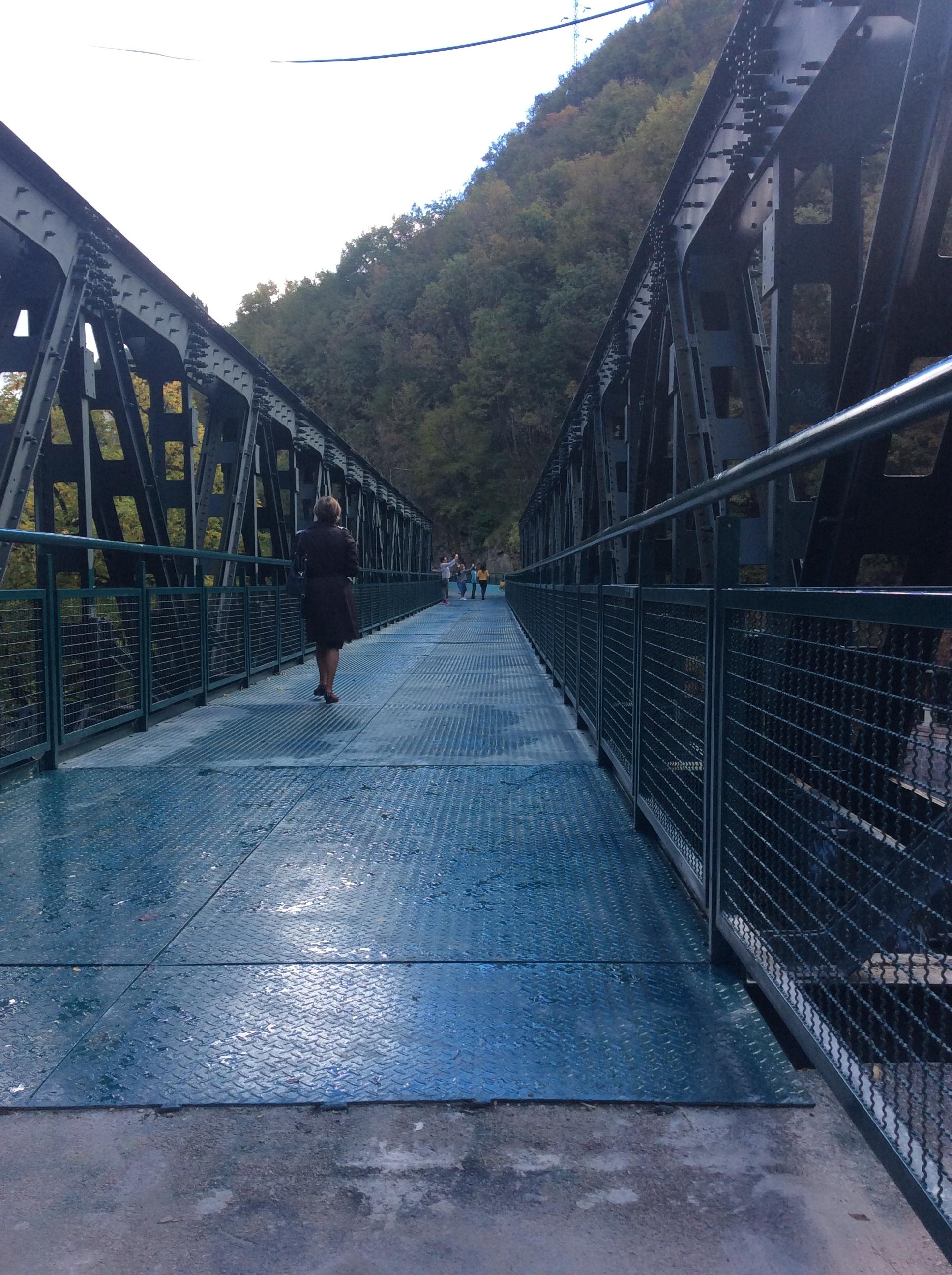 Popločavanjem stari železnički most je postao bezbedan za šetače Foto--URP