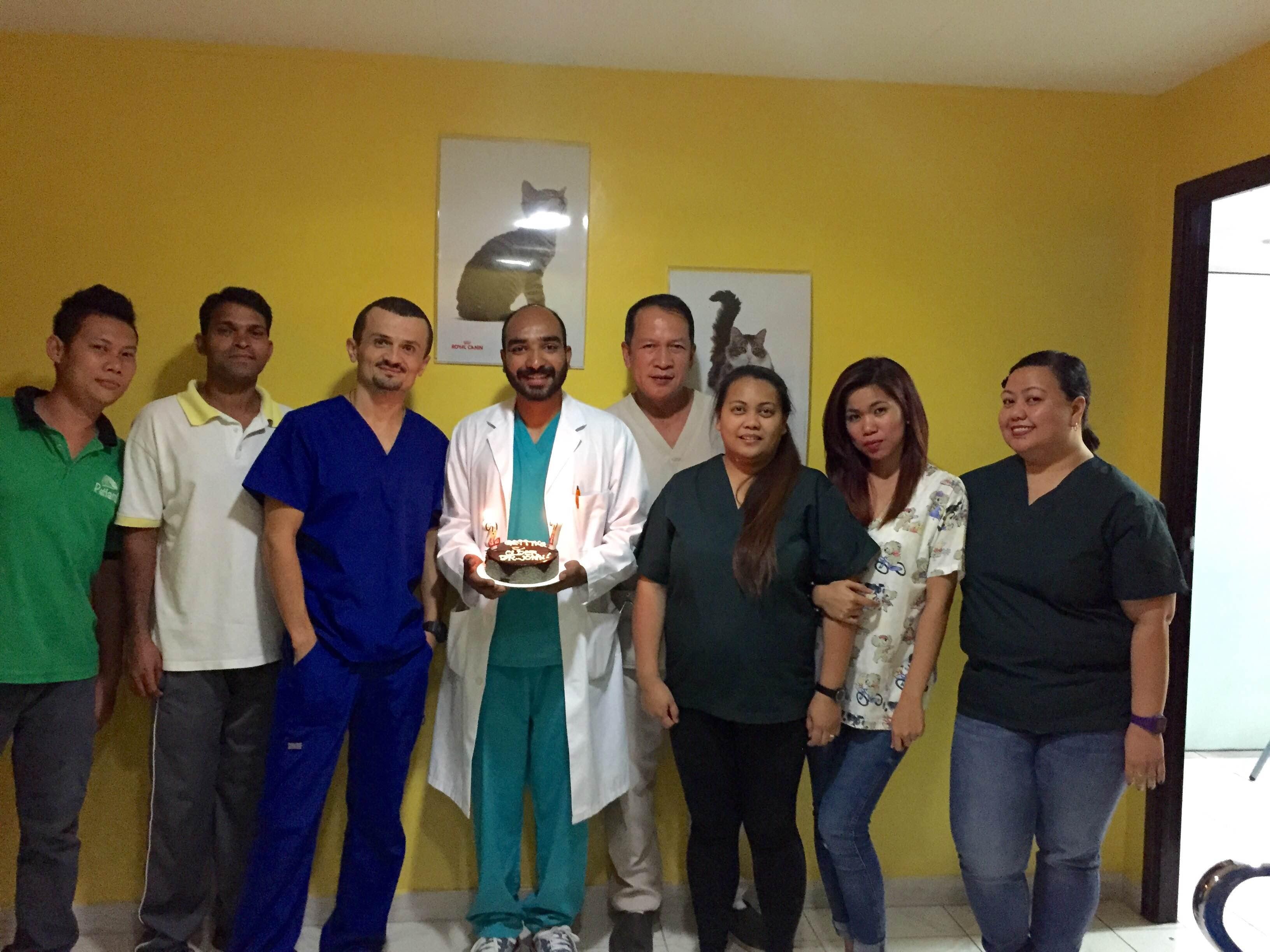 Ivan Milojević (plavi kombinezon) sa kolegama u veterinarskoj ambulnti u Dubaiju Foto--I.M. privatni album