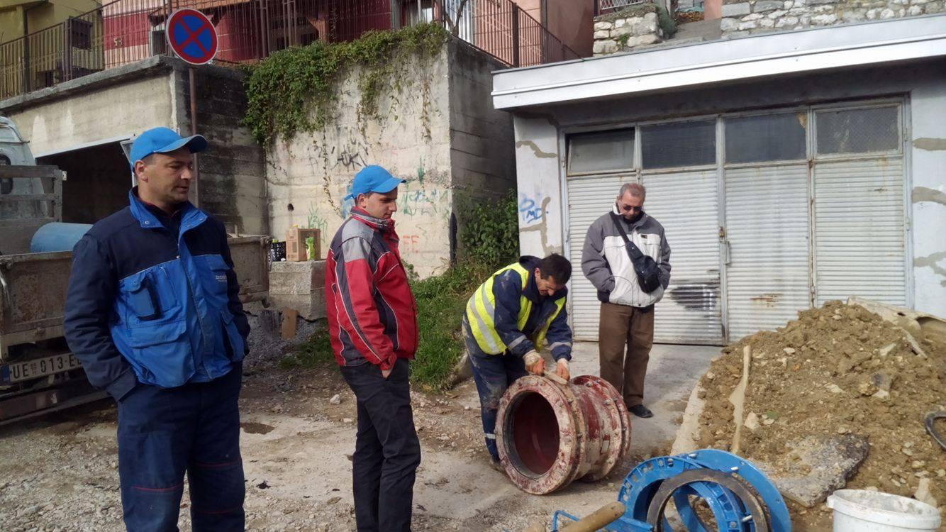 """Milan Nikolić, tehnički direktor JKP """"Vodovod""""(u sivoj jakni) na terenu u Beogradskoj ulici Foto--URP"""