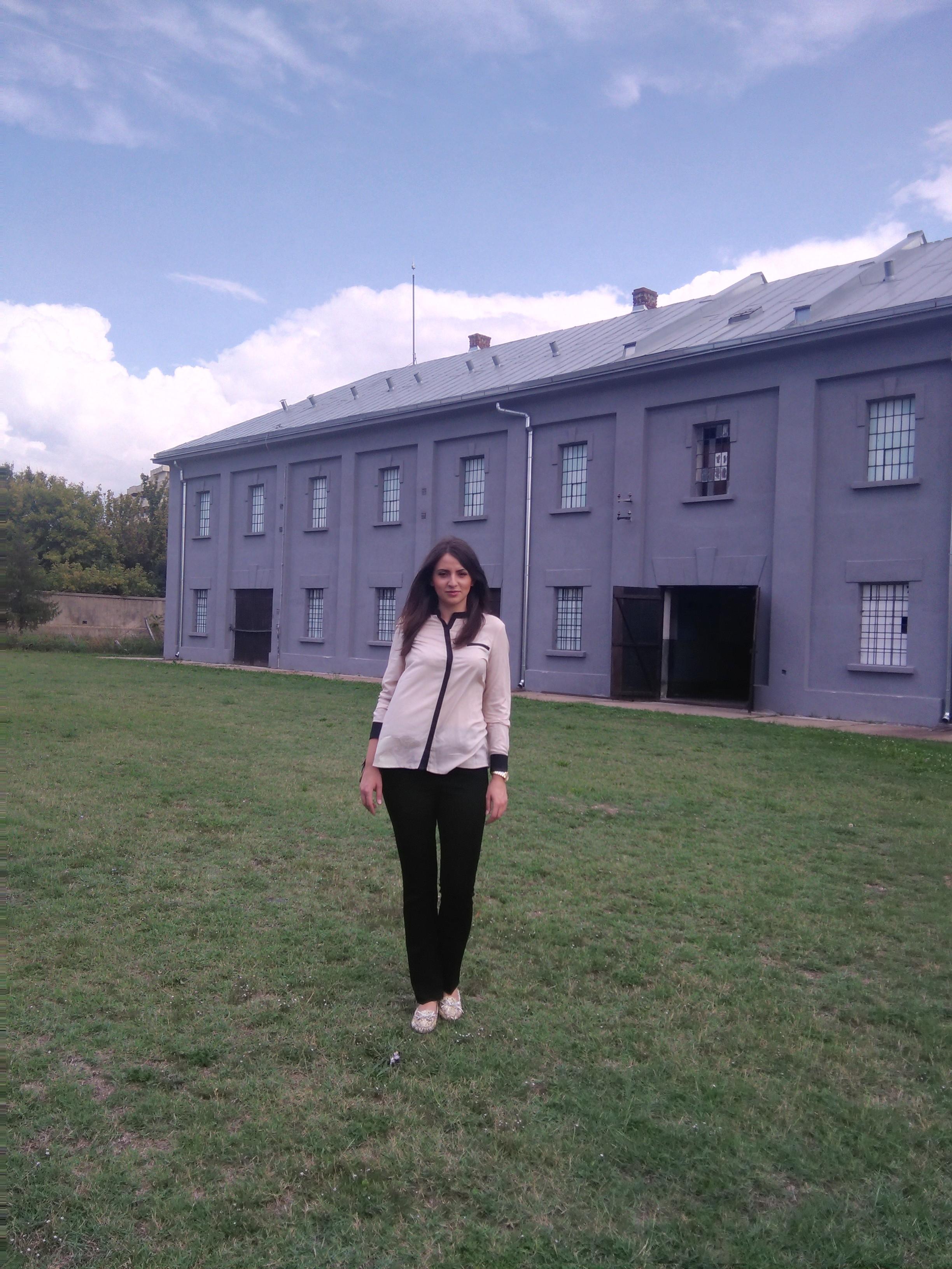 Mlada Tuzlanka ispred zgrade nekadašnjeg logora u Nišu Foto--privatni album E.M.