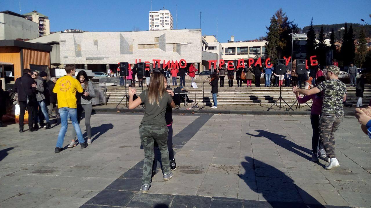 Ples i kolo dokaz su da ni slučajni prolaznici na Gradskom trgu u Užicu nisu imali predrasude da se priključe Foto--URP