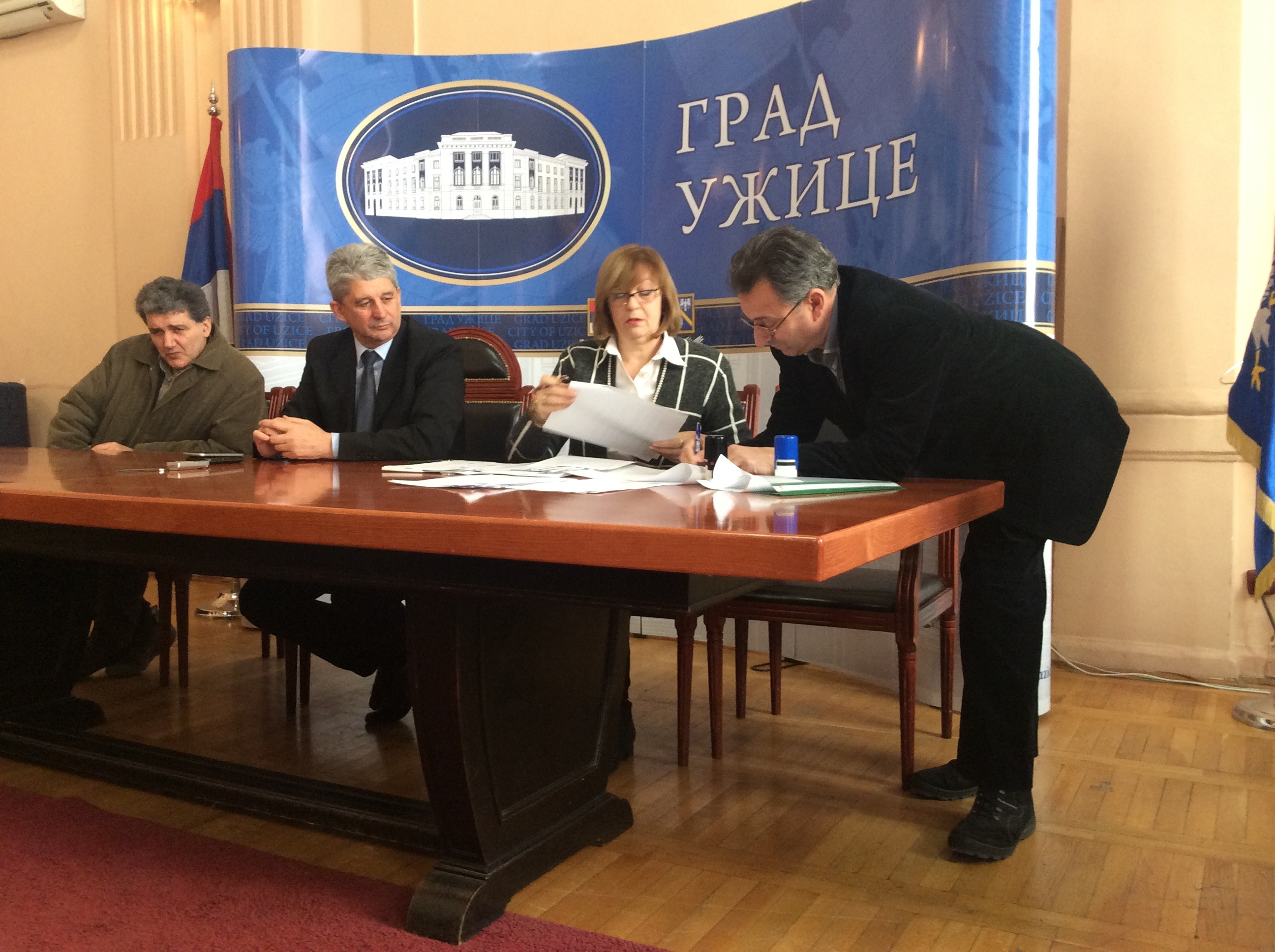 Potpisivanje ugovora sa udruženjima osoba sa invaliditetom koji su korisnici 8,5 miliona budžetskih sredstava grada Užica u 2017. godini Foto--URP