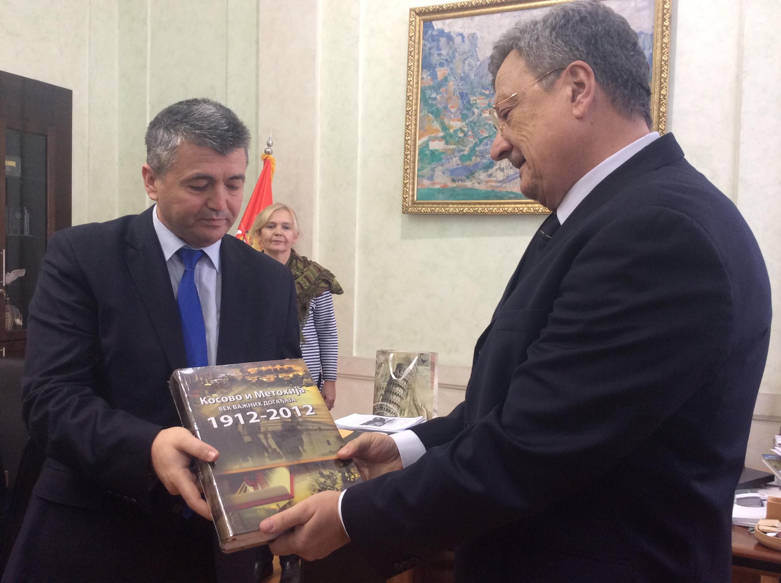 Branislav Mitrović, predsednik Skupštine grada Užica i Zoran Stamatović, direktor NP Užice razmenili su poklone  Foto--URP