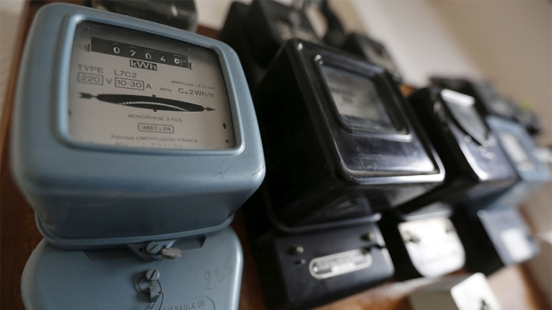 An illustration picture shows electricity meters on a board in a private home in Bordeaux, southwestern France, November 10, 2014.     REUTERS/Regis Duvignau (FRANCE - Tags: ENERGY BUSINESS) - RTR4HKVH