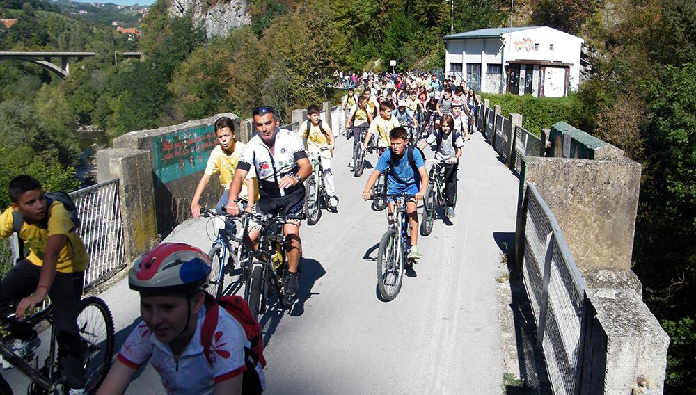 Neki novi klinci treba da otkriju jedinu zlenu biciklističku stazu koja polazi iz centra Užica i duga je 7,2 kilometara