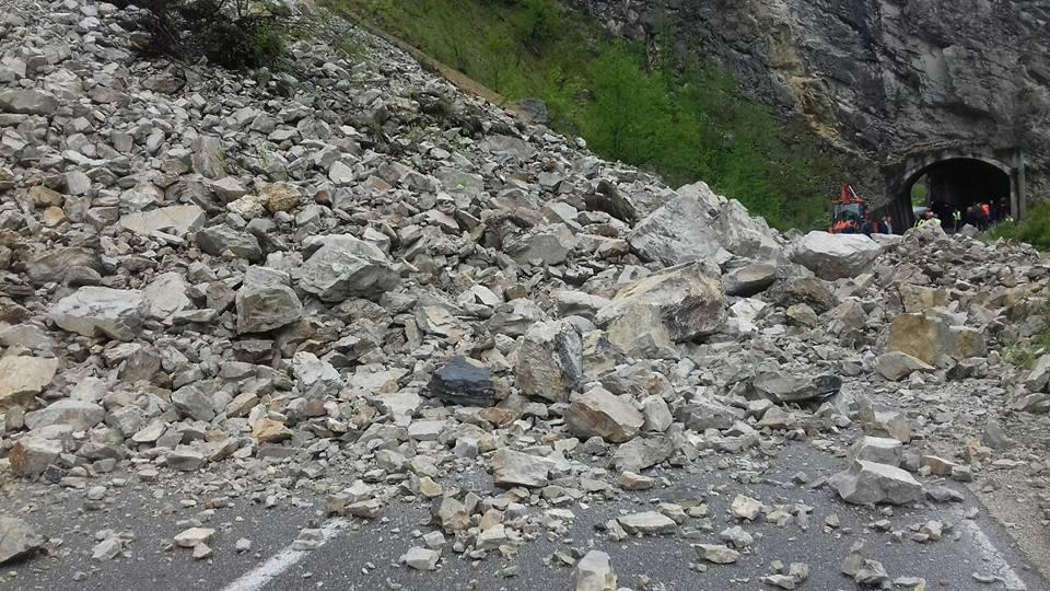 Velika količina kamenja blokirala je putni pravac na deonici Brodarevo- Barski Most