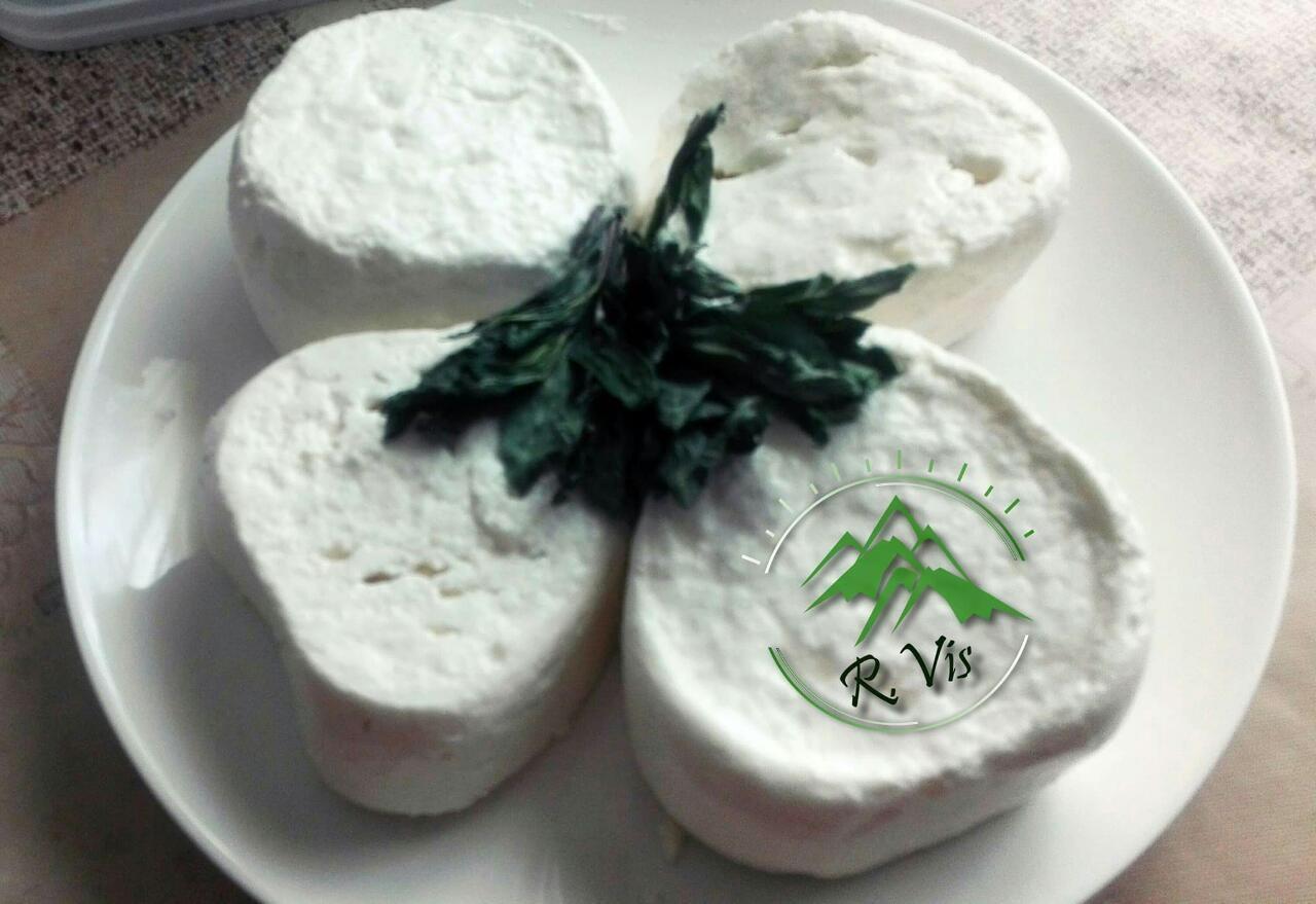 Kozji sir i mleko koje proizvode Ojdanići mogu se kupiti i na pijaci u Užicu Foto--URP