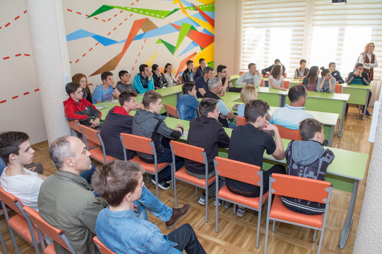 Učenici i roditelji na Otvorenim vratima Tehničke škole u Užicu Foto--Momčilo Aćimović