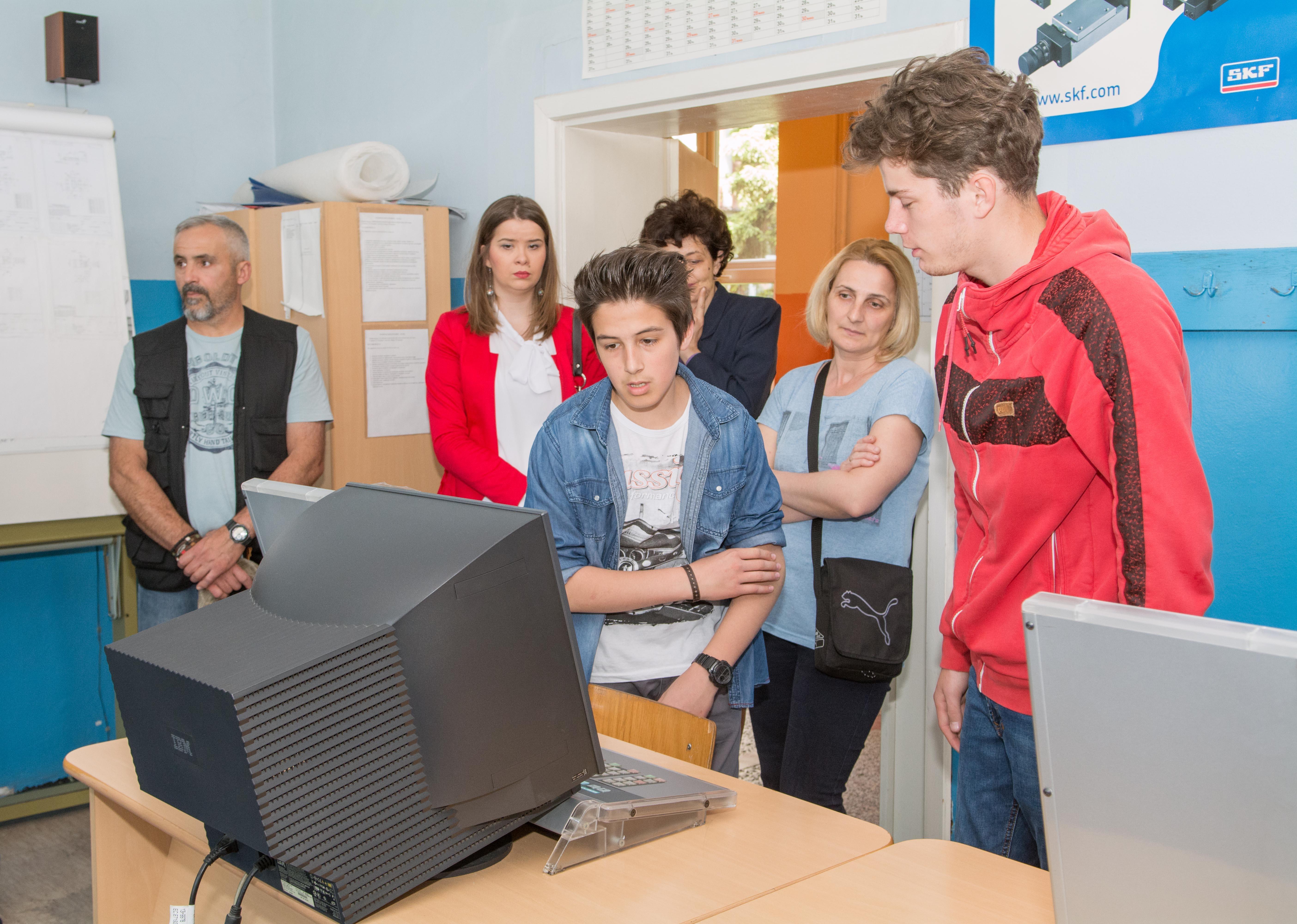 Učenici koji već pohađaju Tehničku školu takođe su dočekali buduće đake Foto--Momčilo Aćimović