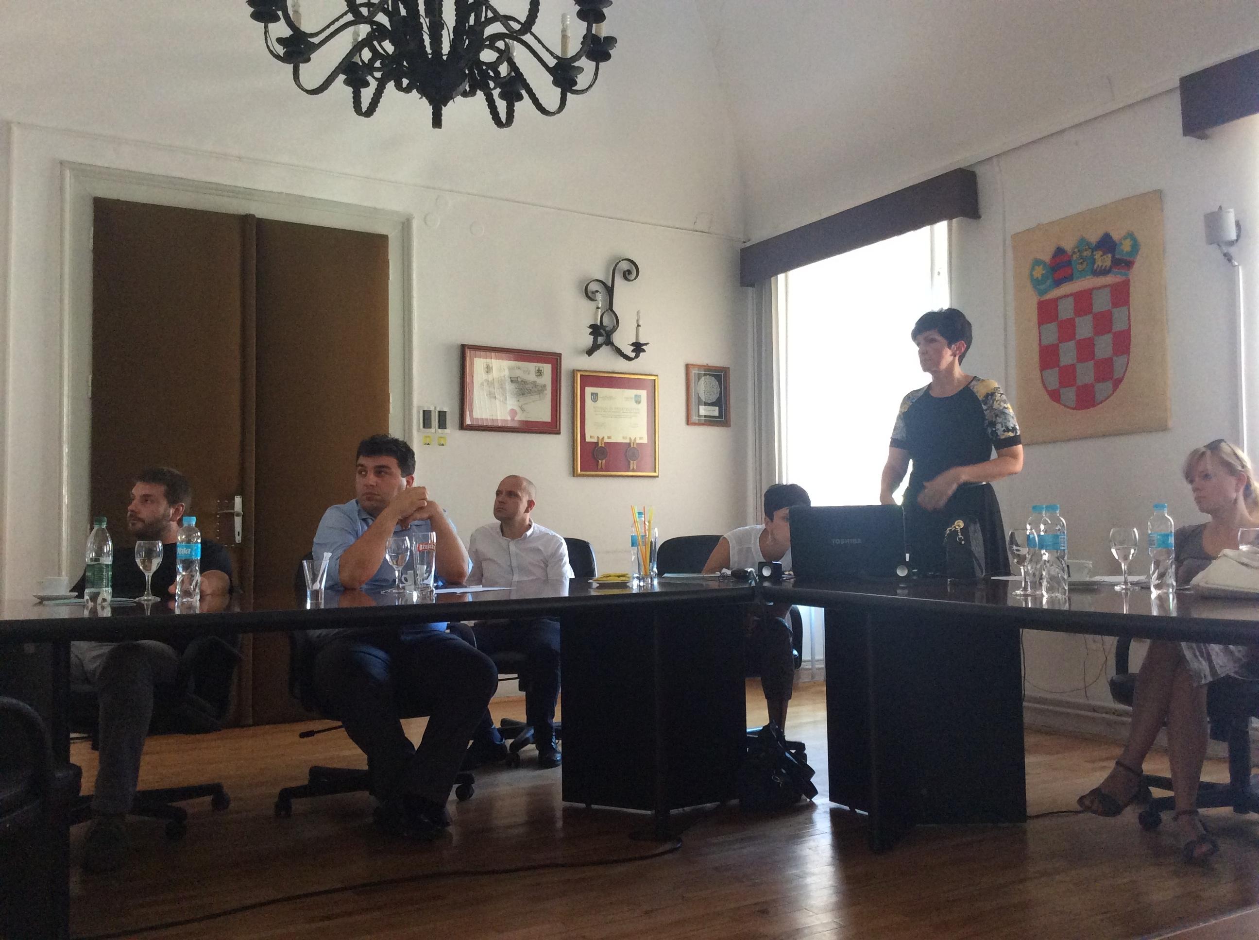 Studijska grupa iz Srbije na sastanku kod gradonačelnika Križevaca, Maria Rajna (u plavoj košulji) i rukovodioca Energetskog odeljenja Ljiljane Stojsavljević- Križan Foto--URP