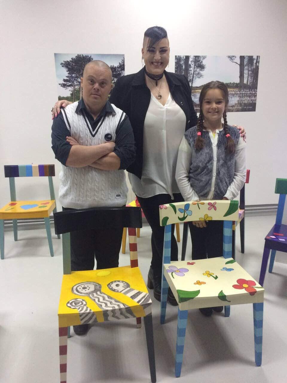 """Neda Marjanović (u sredini) kupila je dve """"čarobne stolice"""" na aukciji Foto--N.Marjanović, privatna arhiva"""