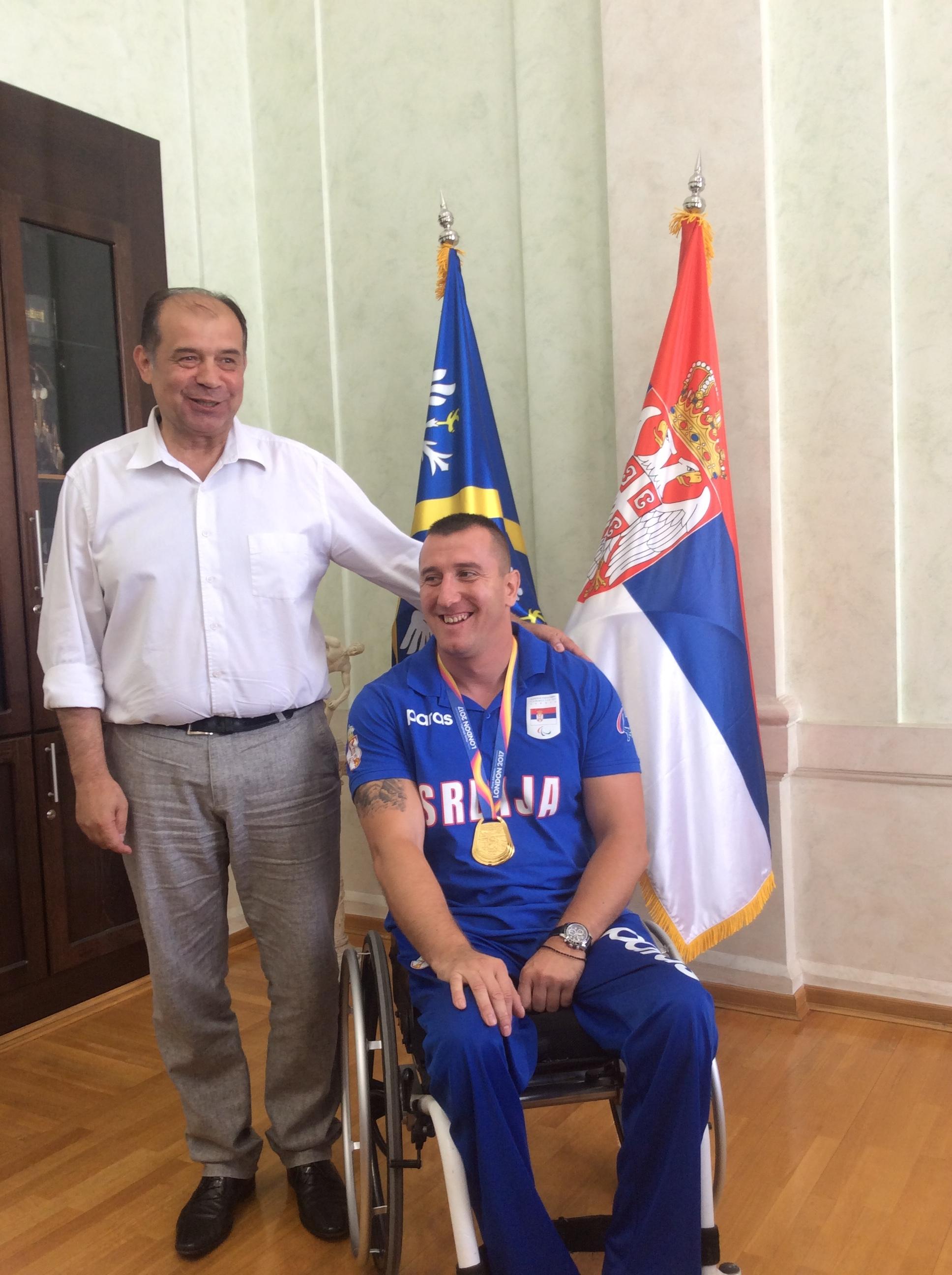 Miloš Zarić, svetski šampion u bacanju koplja i Tihomir Petković, gradonačelnik Užica Foto--URP