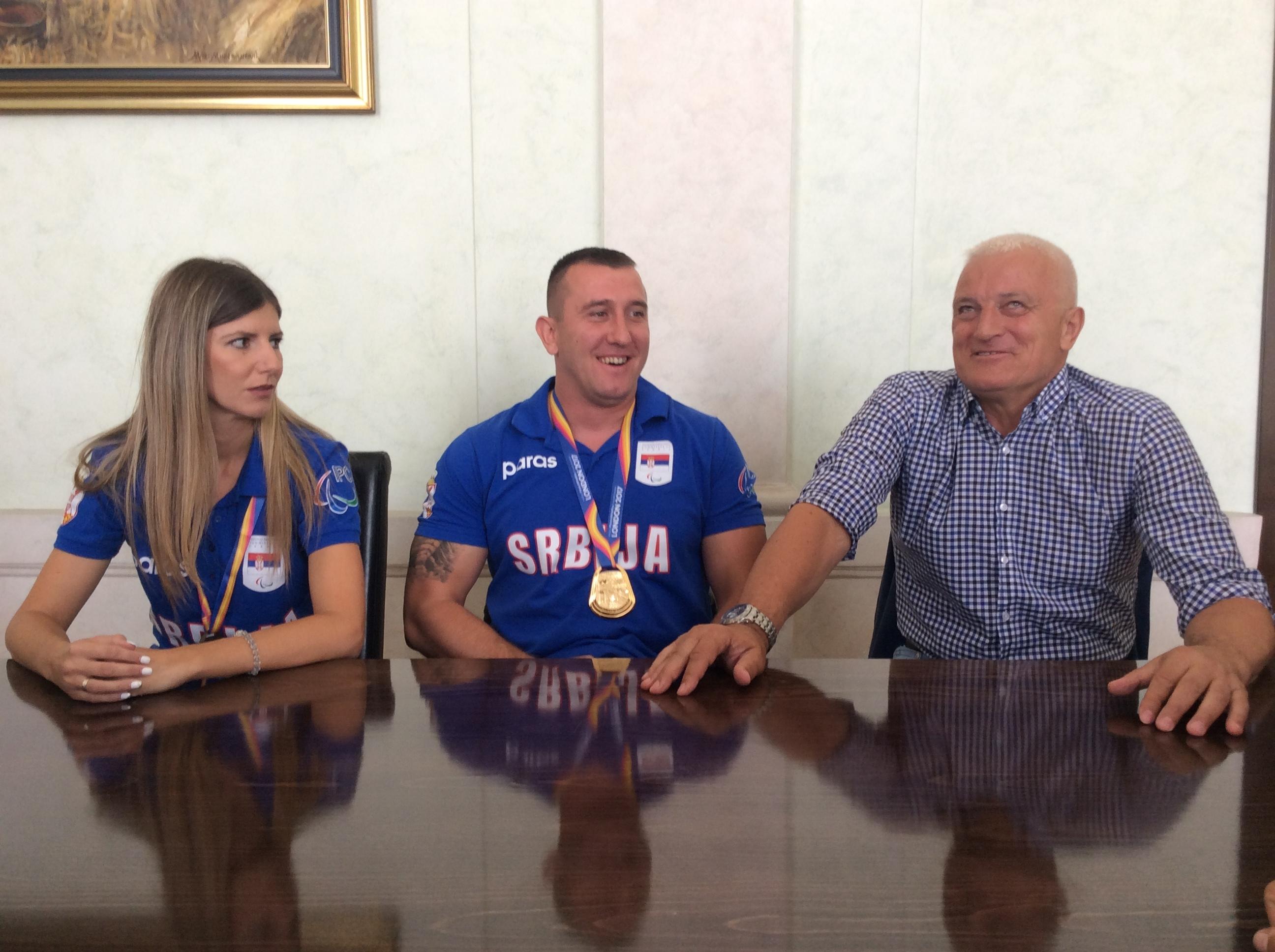 Olivera Zarić, sestra i trener, Miloš Zarić i Zoran Mićović, predsednik Paraolimpijskog saveza Srbije Foto--URP