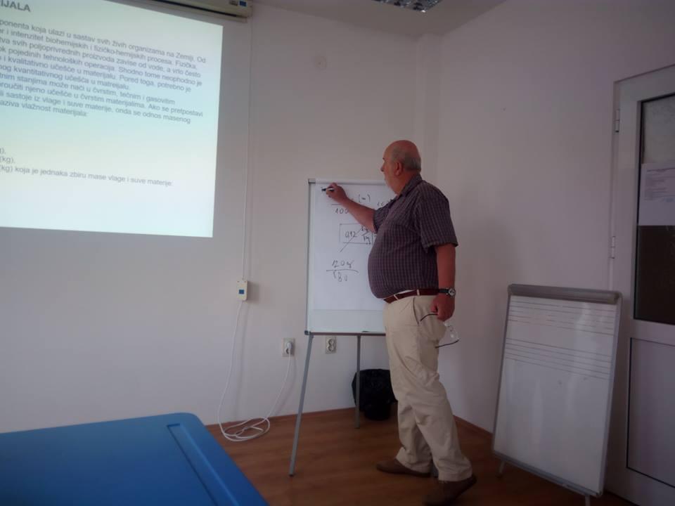 Profesor Mirko Babić sa Departmanta za poljoprivrednu tehniku Poljoprivrednog fakulteta iz Novog Sada lično je držao obuku za sušenje voća i povrća Foto--OSI