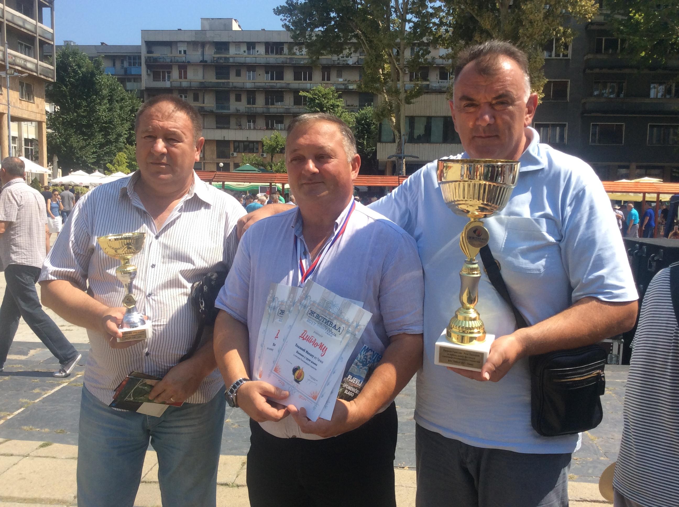 """Milan Plazinić (u sredini) sveukupni pobednik """"Žestival-a"""" za šljivovicu staru 21. godinu"""