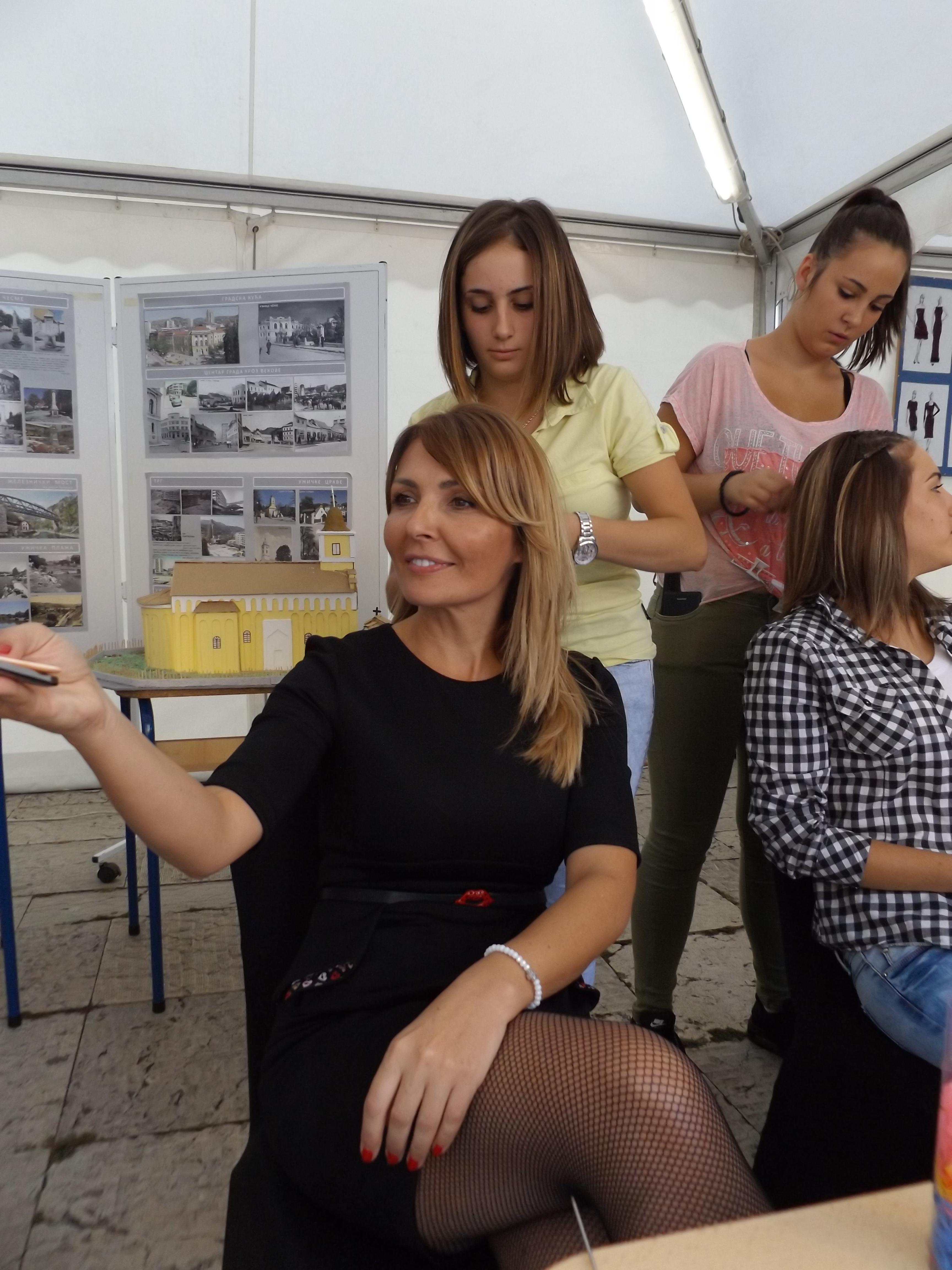 """Gabrijela Grujić, savetnica ministra prosvete za dualno obrazovanje bila je model frizerima Tehničke škole """"Radoje Ljubičić"""""""