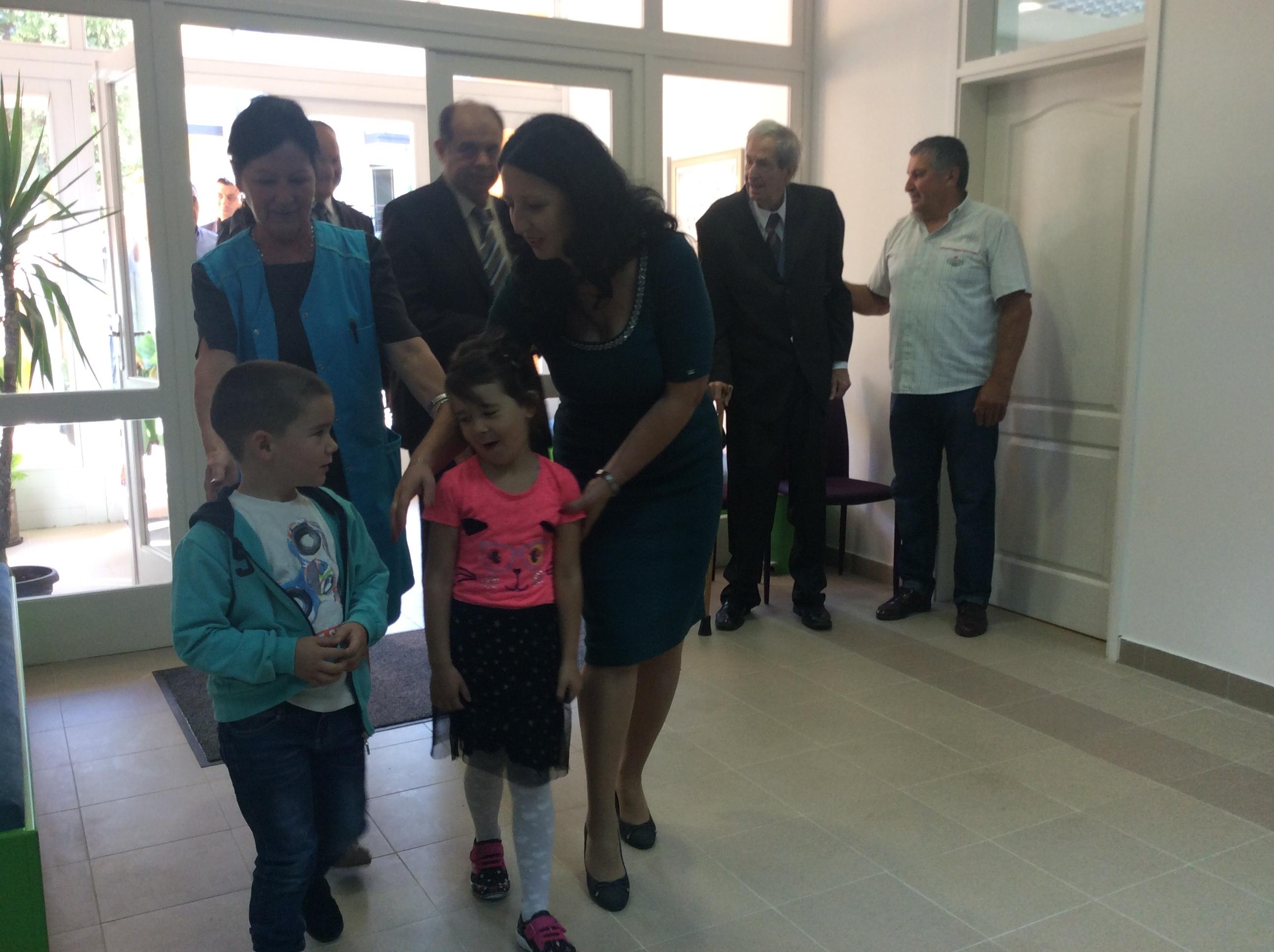 Mia i David koji su upisani u vrtić na Pori poželeli su dobrodošlicu zvaničnicima grada Foto--URP
